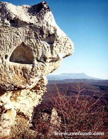 Пещерный город Бакла, алтарь разрушенного естественным обвалом древнего храма обращен на восток. В этом храме и пещерной церкви рядом не обнаружены знаки крестов. Но известно, что город был христианским.