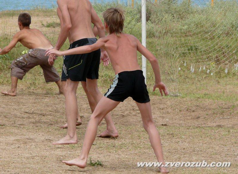 Футбольное поле у пляжа в Новоотрадном, Казантипский залив Азовского моря, Крым