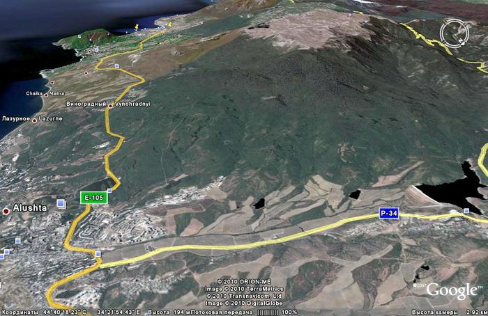 склоны Бабуган-яйлы к северо-западу над Алуштой, морской берег, долина реки Улу-узень и шоссе на карте гугл