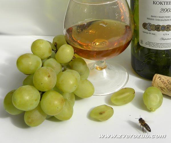 походный вариант винного этикета, удобные бокал для самостоятельных дегустаций, белый фон для фото - обязательно! Пчела показатель экологической чистоты вина и винограда