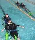 положение при транспортировке пострадавшего в воде, над водой только нос и рот. фото: Паруса друзей (109 кб)